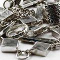 Серебро очищают мягким полотенцем, губкой, или фланелевой тканью.