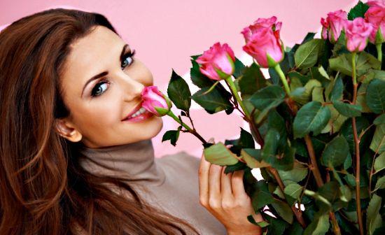 Твои губы подобны лепесткам роз, такие же яркие, бархатные и завораживающие!