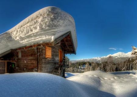 белый и пушистый снег укрыл все вокруг