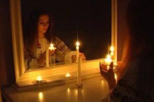 Гадают всматриваясь в зеркальный коридор поверх малого зеркала
