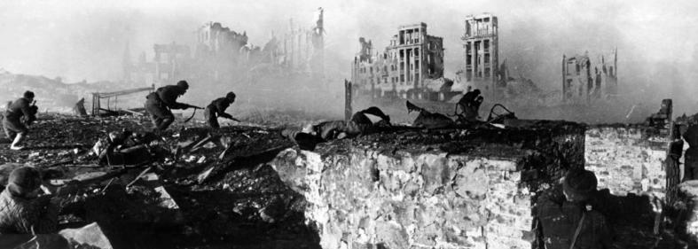 Советские солдаты в бою в Сталинграде. Осень 1942 г. Фото: Георгий Зельма.