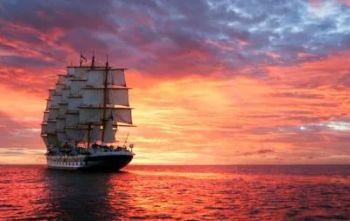 На западе солнце пылает, Багряное море горит Корабль одинокий, как птица,